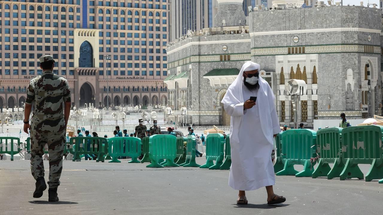 En pilegrim og en soldat går på gaten i Mekka