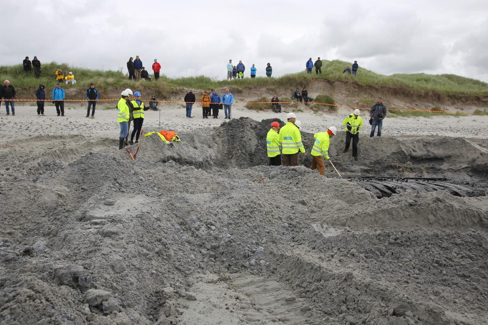 Mange deltok i utgravingen tirsdag.