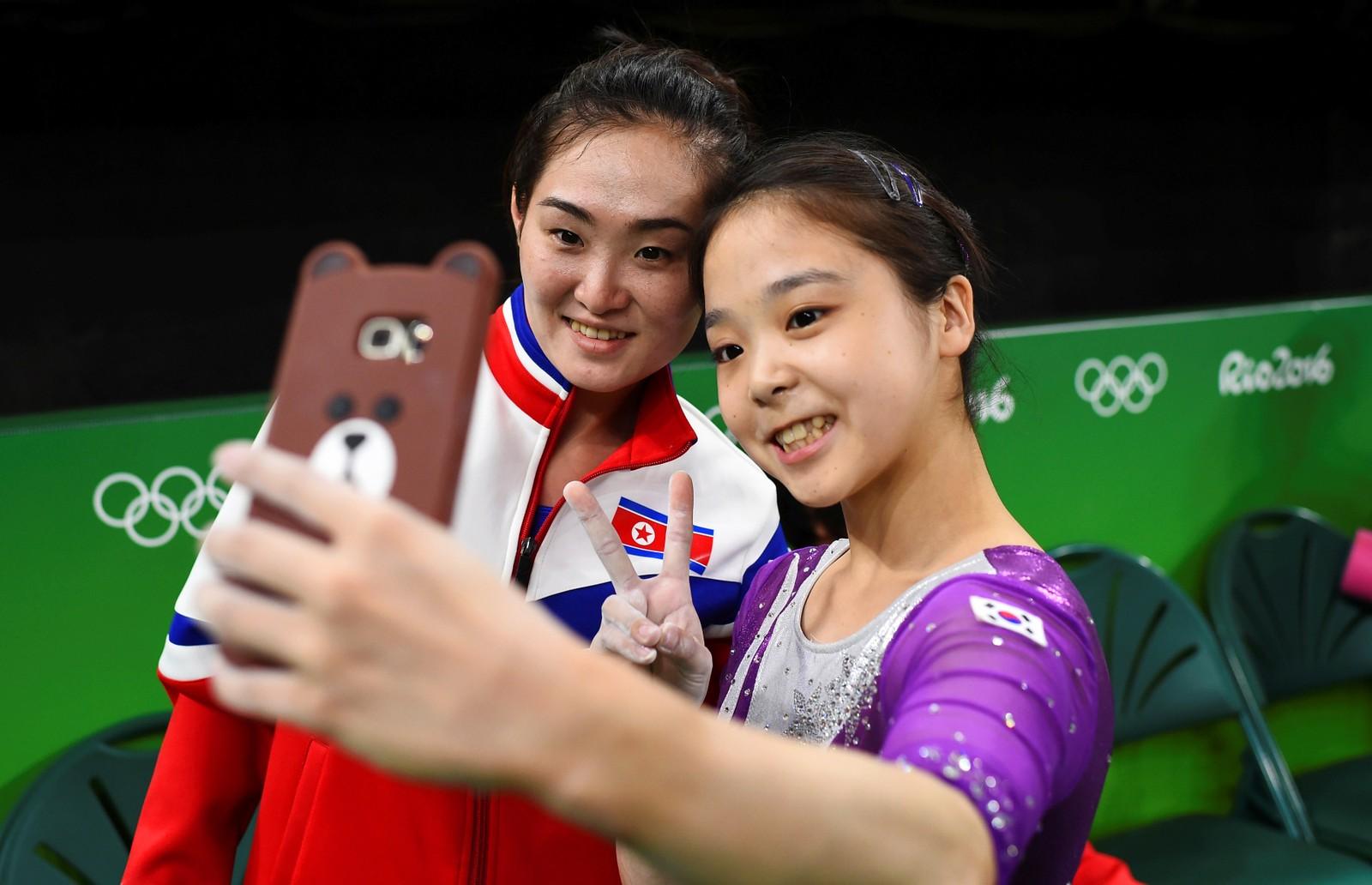 Gode turnervenner under OL i Rio i Brasil. Le Eun-Ju fra Sør-Korea tar en selfie sammen med Hong Un Jong fra Nord-Korea den 22. august.