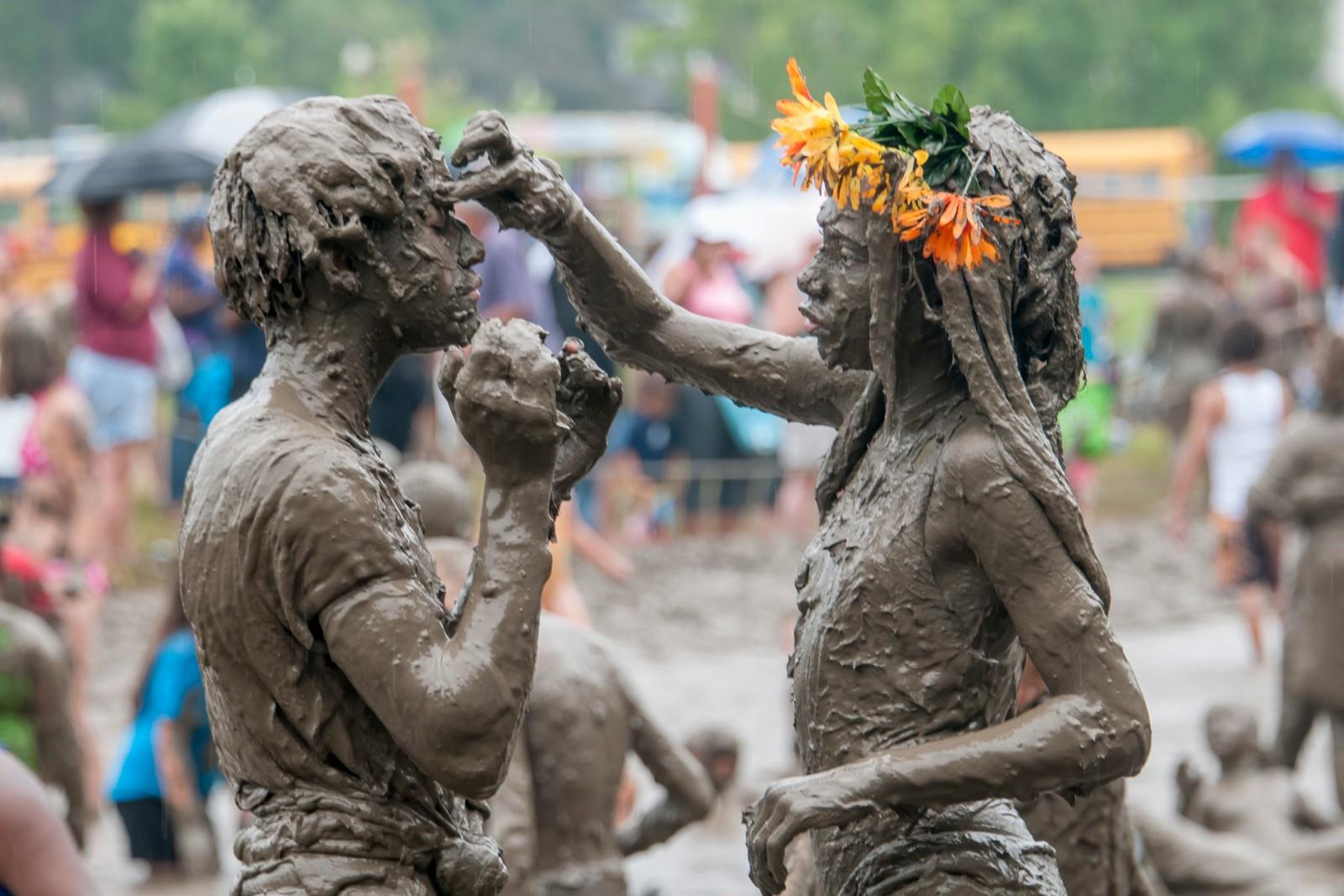 Caprise Debose (t.v) og Kaliyah Watson (t.h) fra Westland, koser seg på den årlige gjørmedagen i hjembyen sin i Michigan 7. juli.