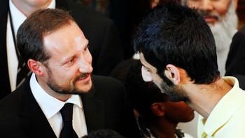 Kronprins Haakon (t.v.) hilser på Shujaat Osnen Khan under en minnestund for de omkomne etter terror