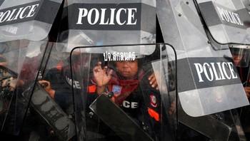Politiet verner seg mot steinkastende demonstranter i Bangkok