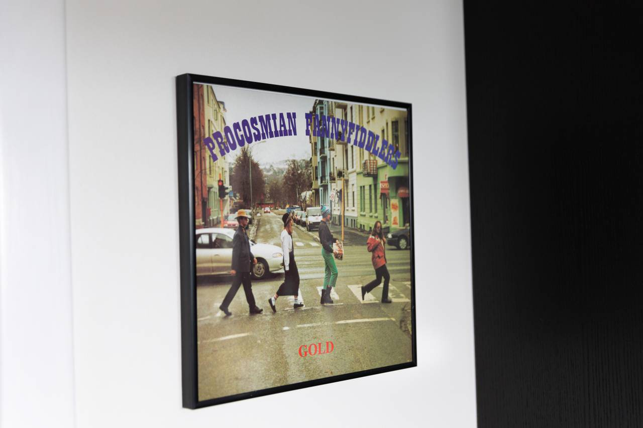 Øyvind synger i band og selvfølgelig henger ett av albumcoverene på veggen