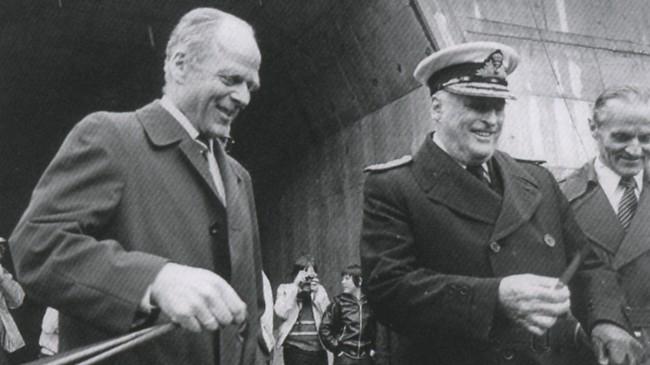 Kong Olav opnar Høyangertunnelen i 1982. Til venstre vegdirektør Eskild Jensen, til høgre vegsjef Rasmus G. Værn. Foto: Gerhard Haugland.