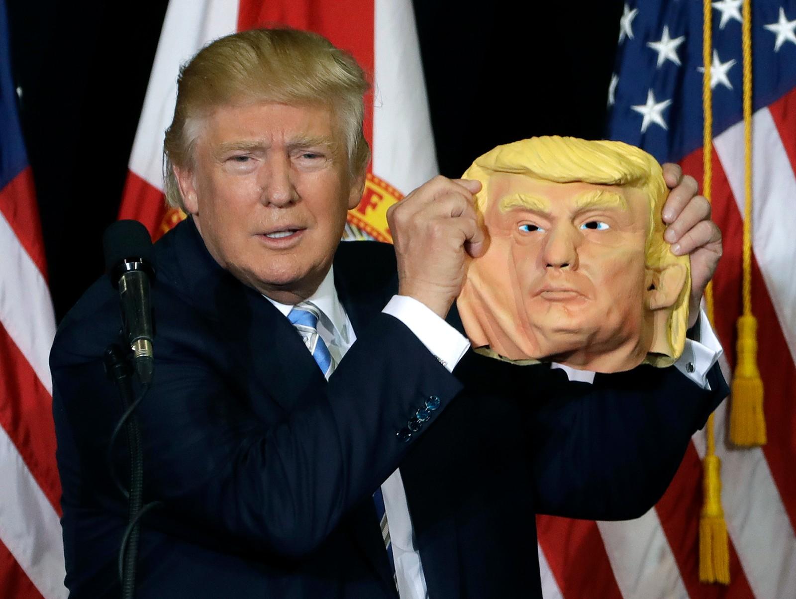 Maskefjes. Donald Trump under en tale i Sarasota i Florida.