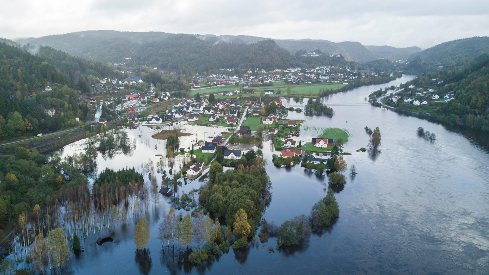 KRISTIANSAND:Dronefoto som viser hvordan elven Otra har gått over sine bredder ved Mosby nord for Kristiansand.