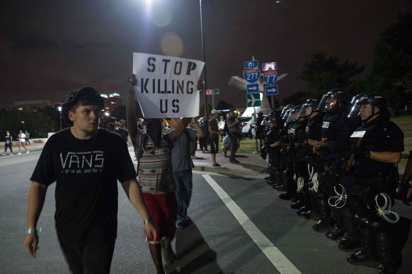 Folk fortsetter å protestere til tross for portforbudet.
