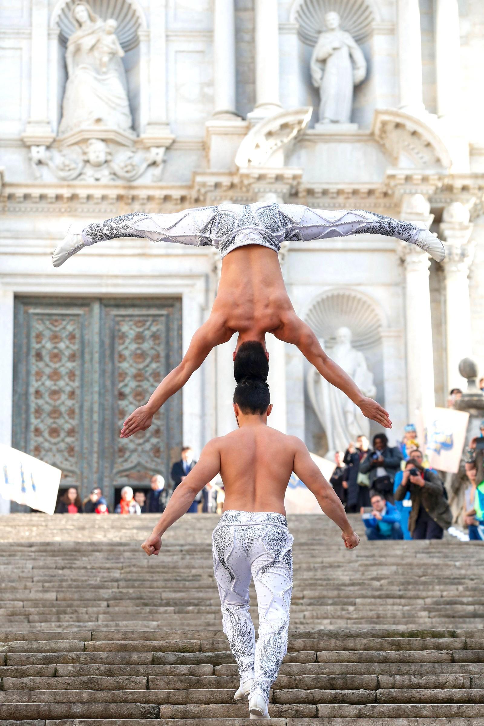 De vietnamesiske brødrene Quoc Co Giang og broren hans Quoc Ngiep Giang klarte å sette ny verdensrekord da de greide å gå opp 90 trappetrinn på 52 sekunder på denne måten.