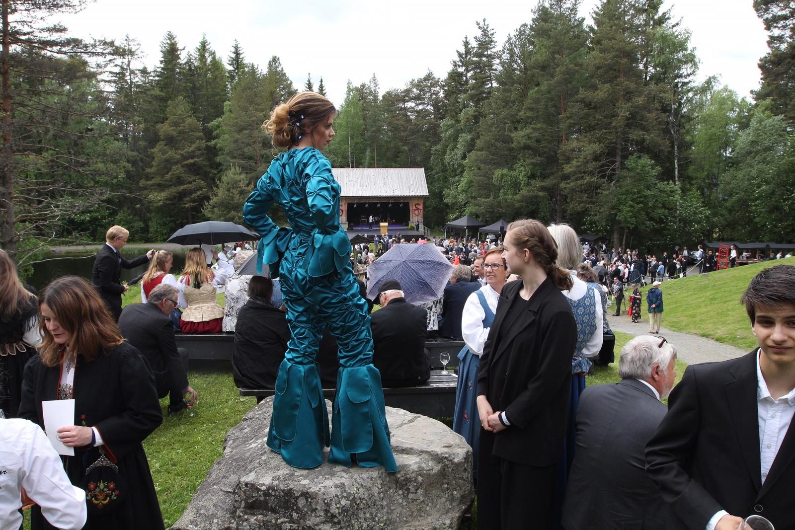 Festen ble arrangert med god hjelp fra 250 yrkesfagelever fra 13 videregående skoler. Elever fra Kjole- og drakt, Lillehammer videregående skole, viste fram 30 antrekk med ulik inspirasjon.