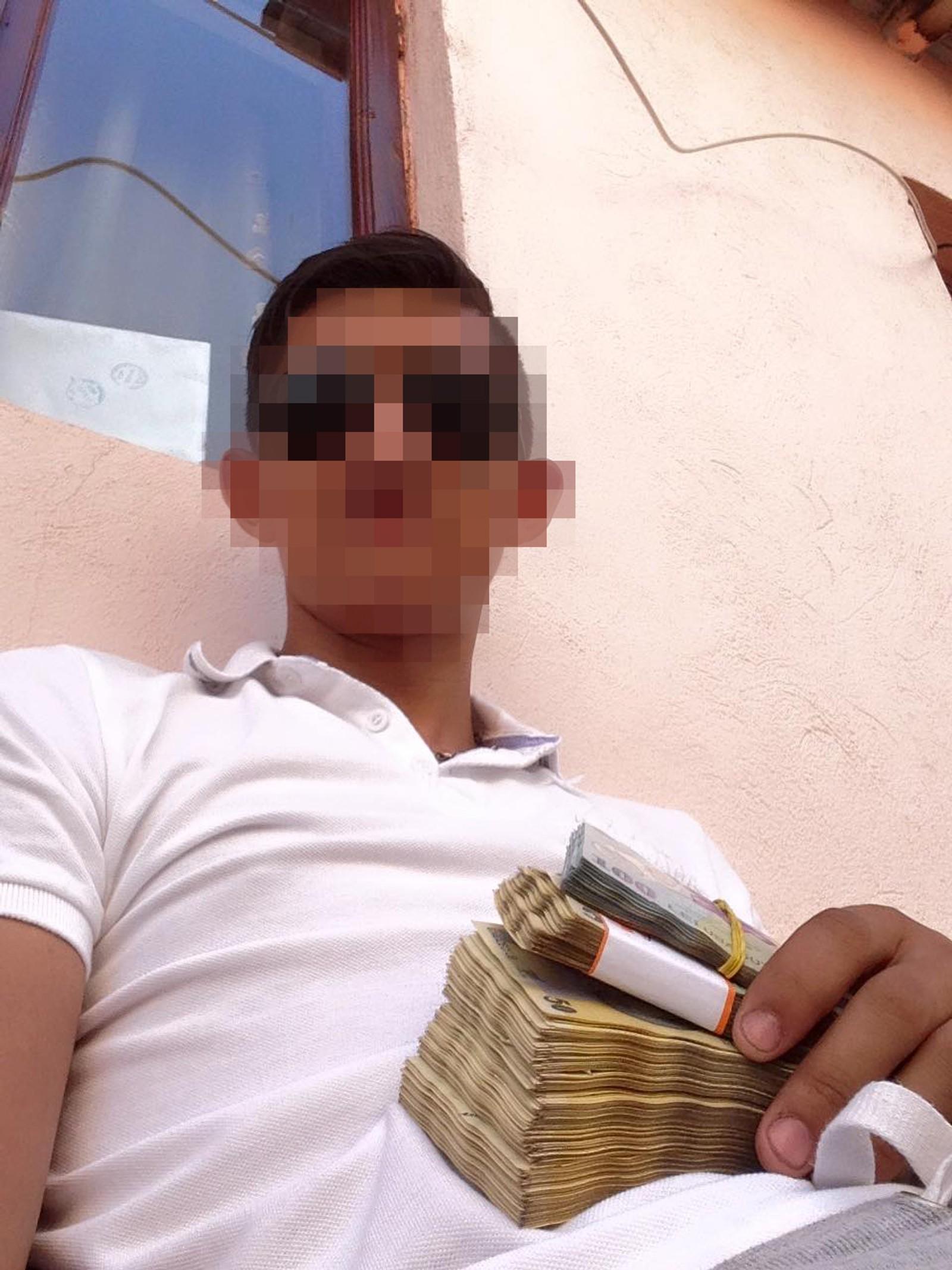 Mange publiserer bilder av seg selv med store pengebunker.