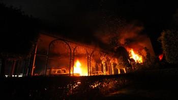 Det amerikanske konsultatet i Benghazi står i brann