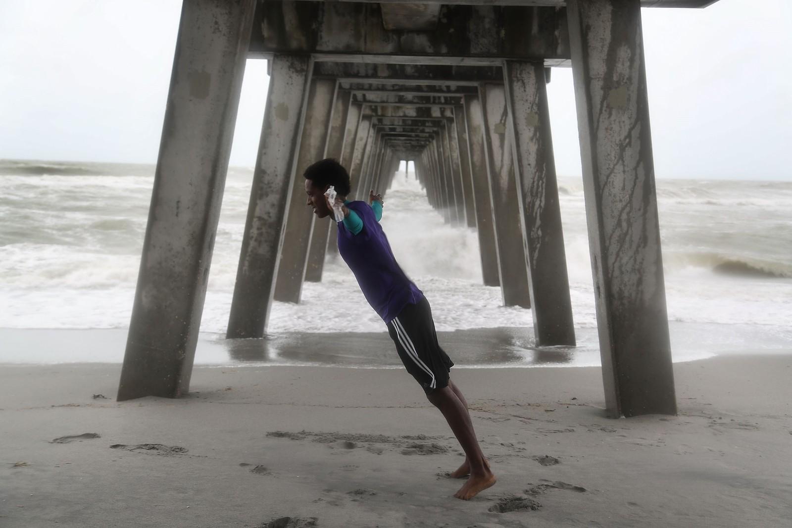 Casey Superville lener seg mot vinden fra den tropiske stormen «Colin» i Venice, Florida. Det er erklært unntakstilstand i den amerikanske delstaten på grunn av kraftig vind og stor fare for flom.