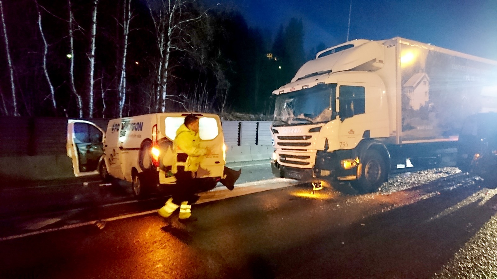 Ulykken skjedde klokken 06.30 akkurat etter utløpet av Eidsvågtunnelen nordover på E39. Bilistene kom ut fra tunnelen på motorveien og ble møtt av speilblankt føre på motorveien. Her er Bjørnar Holm på veien rett etter krasjen.