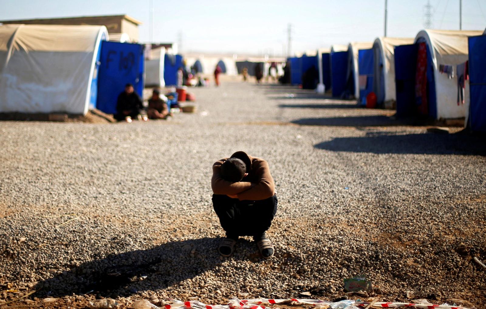 En irakisk flyktning ved en leir i Khazer i Irak.