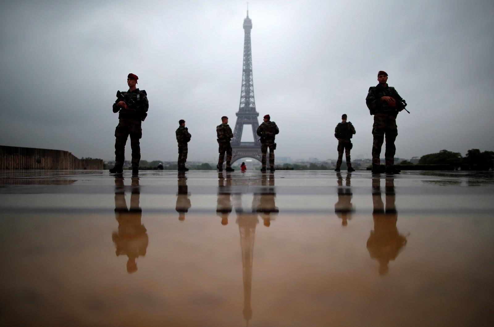 Franske soldater passer på i Paris.