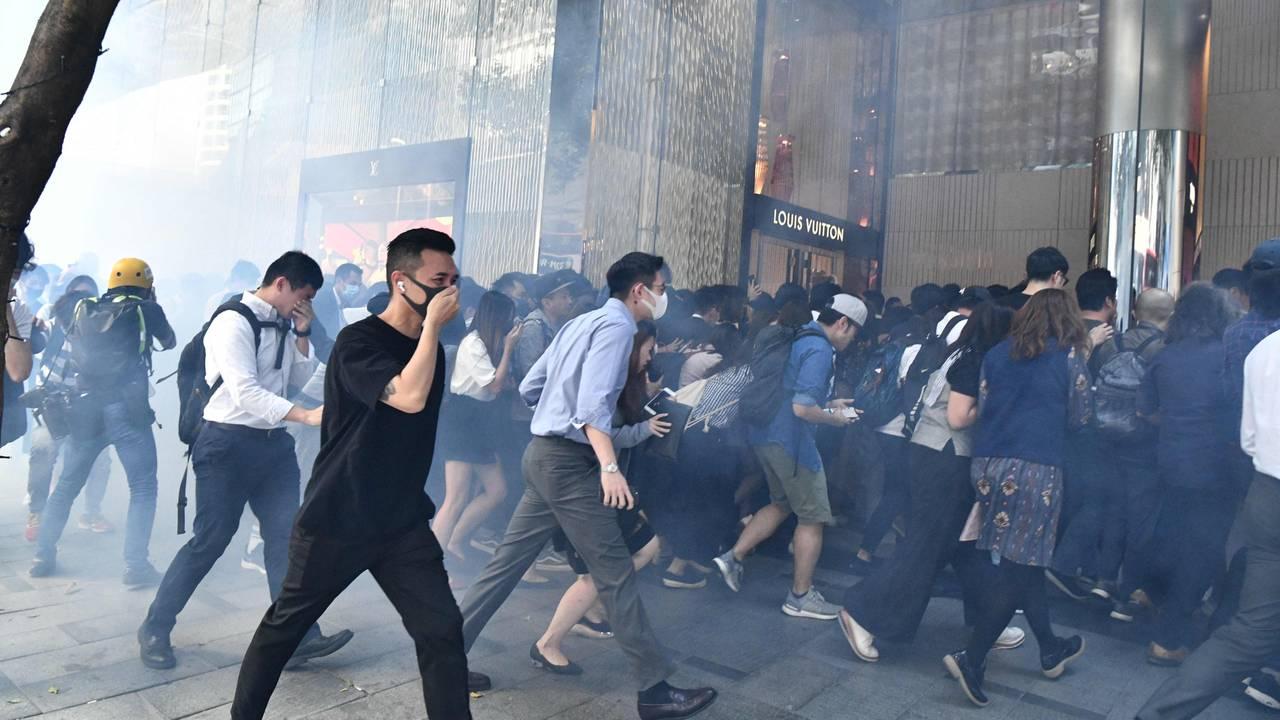 Hongkongs innbyggere søker tilflukt i kjøpesenter etter at politiet har avfyrt tåregass i Hongkongs sentrale distrikt.