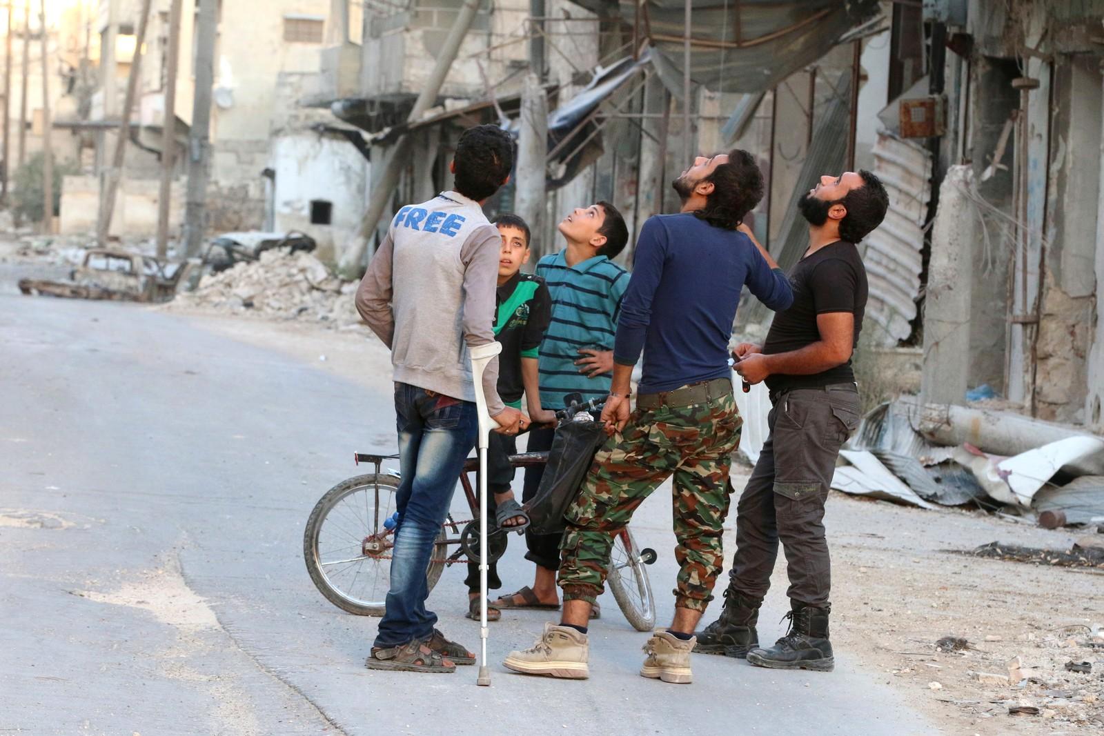 Aleppo, Syria. De holder øye med himmelen fordi de frykter nye luftangrep.