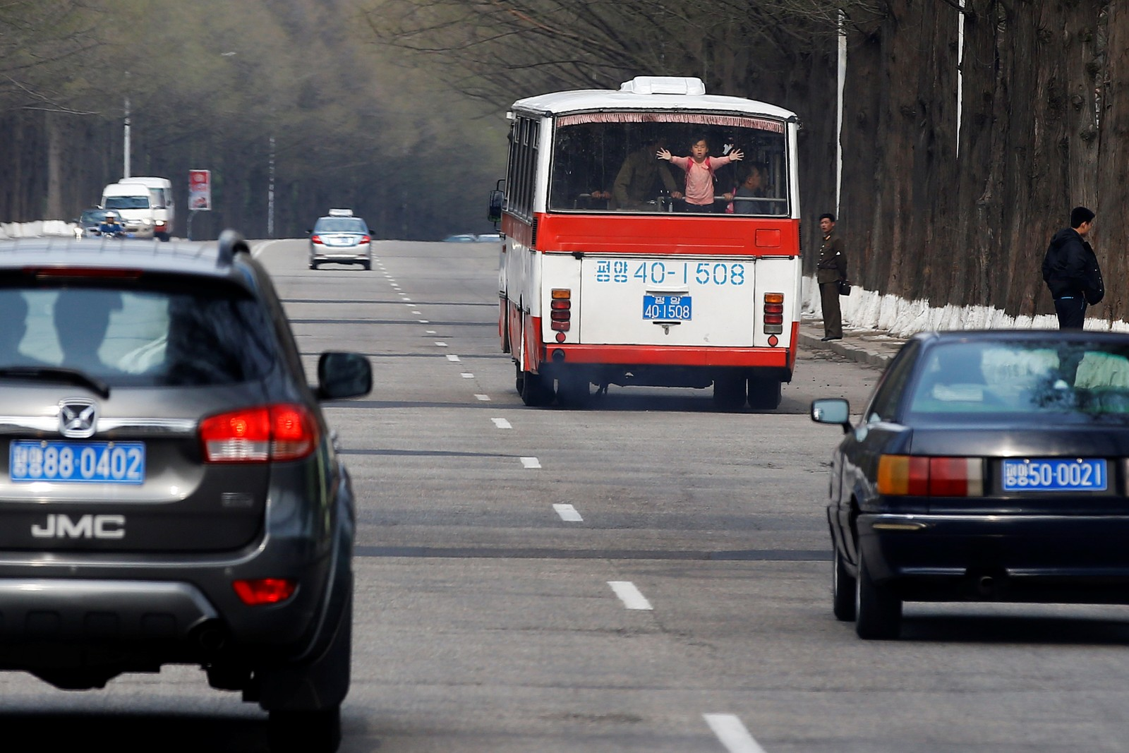 En av bussene som kjører gjennom Pyongyang søndag.