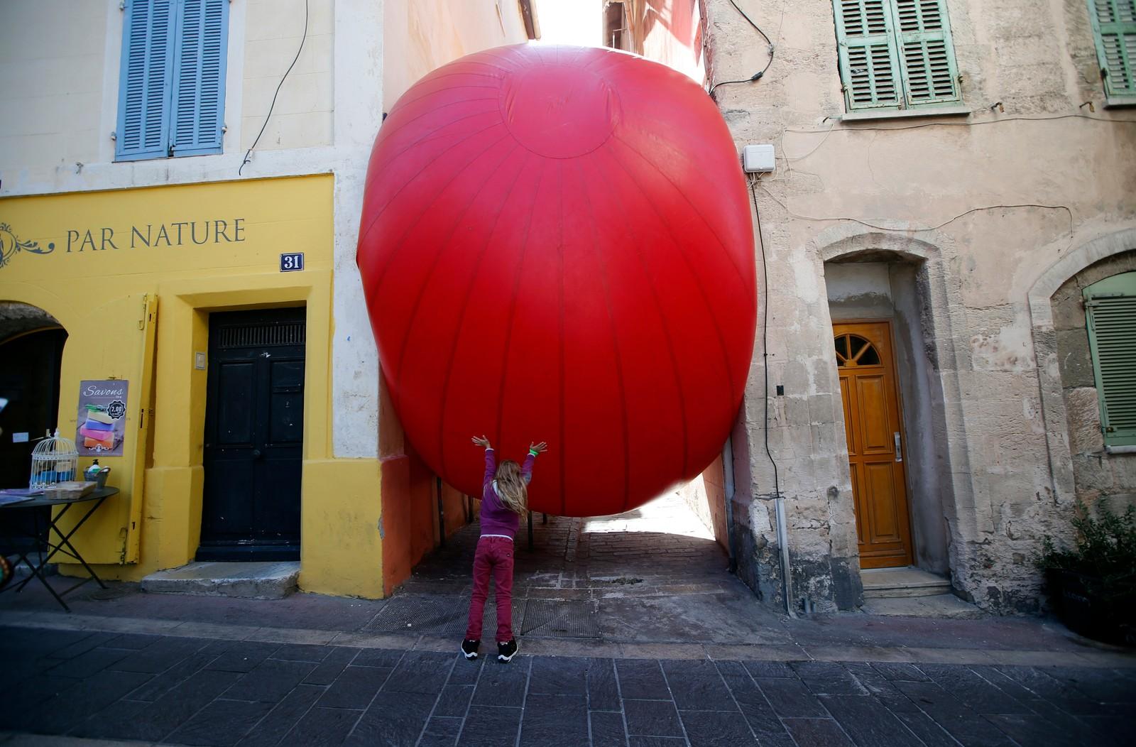 RedBall Project av kunstneren Kurt Perschke stilles ut i flere europeiske offentlige rom, og har nå kommet til Marseille, der den får oppmerksomhet fra denne jenta.