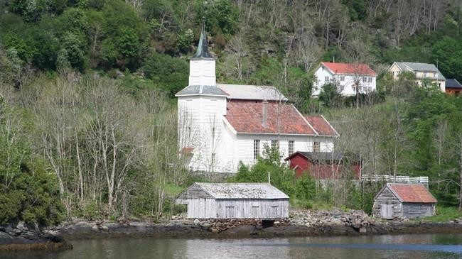 Bø kyrkje ved Leirvik er ei av tre kyrkjer i Hyllestad kommune. Foto: Ottar Starheim, NRK.