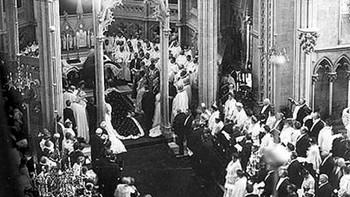 Kong Haakon og dronning Maud kneler foran høyalteret i oktgonen
