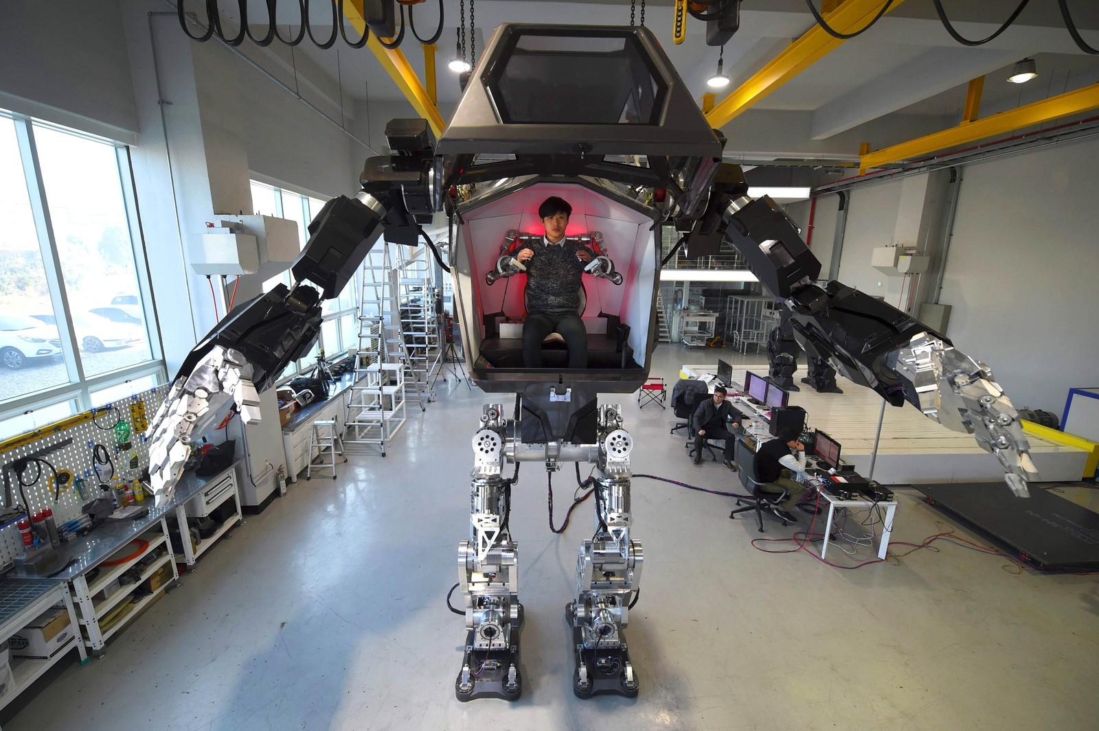 Ingeniører tester en fire meter høy humanoid kalt Method-2 i et laboratorium sør for Seoul i Sør-Korea.