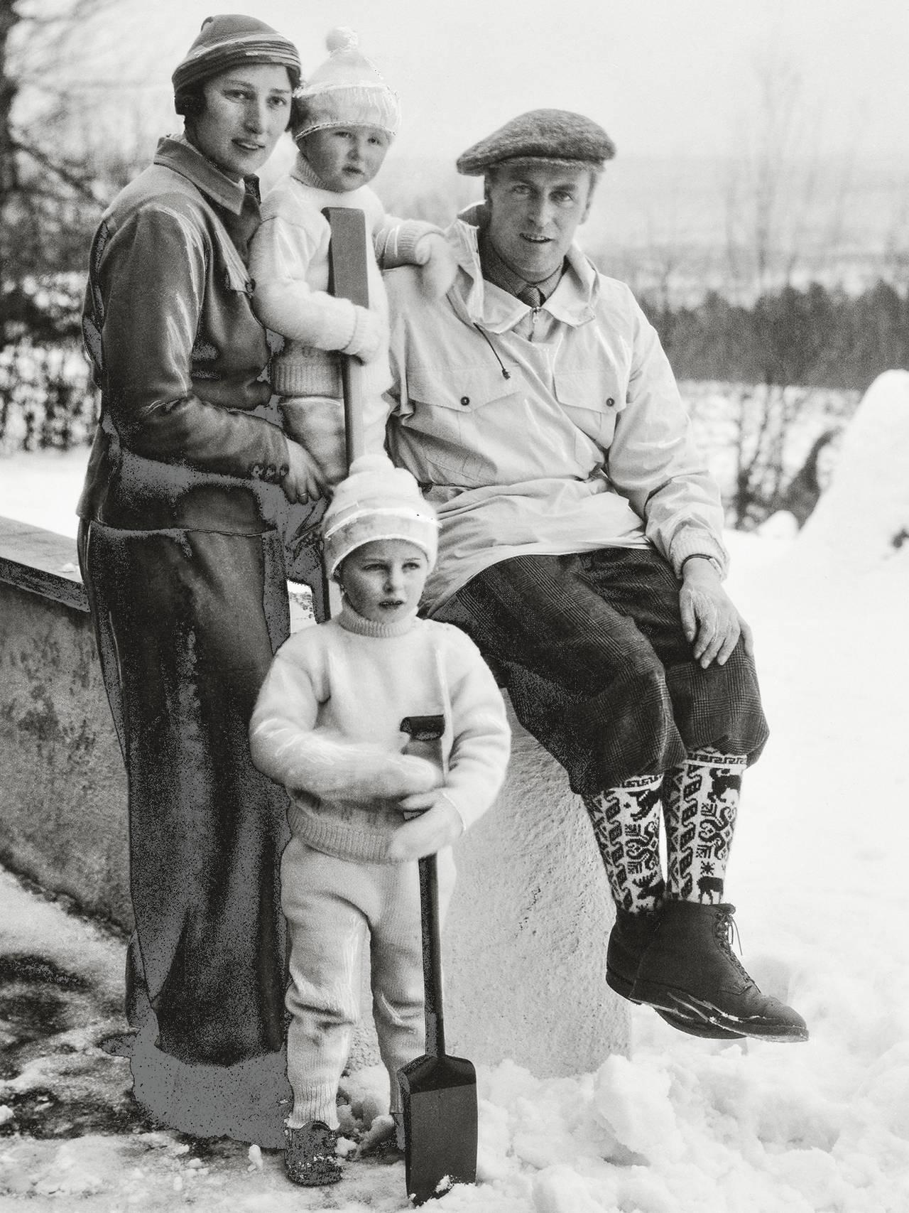 Vinterkledd familie, kronprinsesse Märtha og kronprins Olav med to av sine barn.