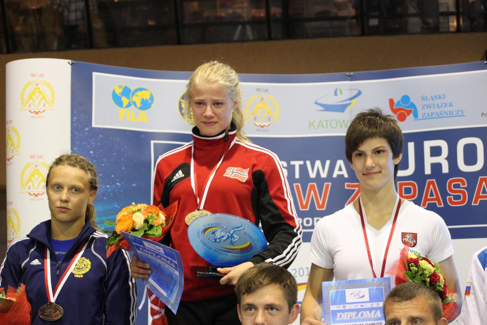 Under medaljeutdelingen i bryte-EM for ungdom, cadet-klassen, i Polen 2012.