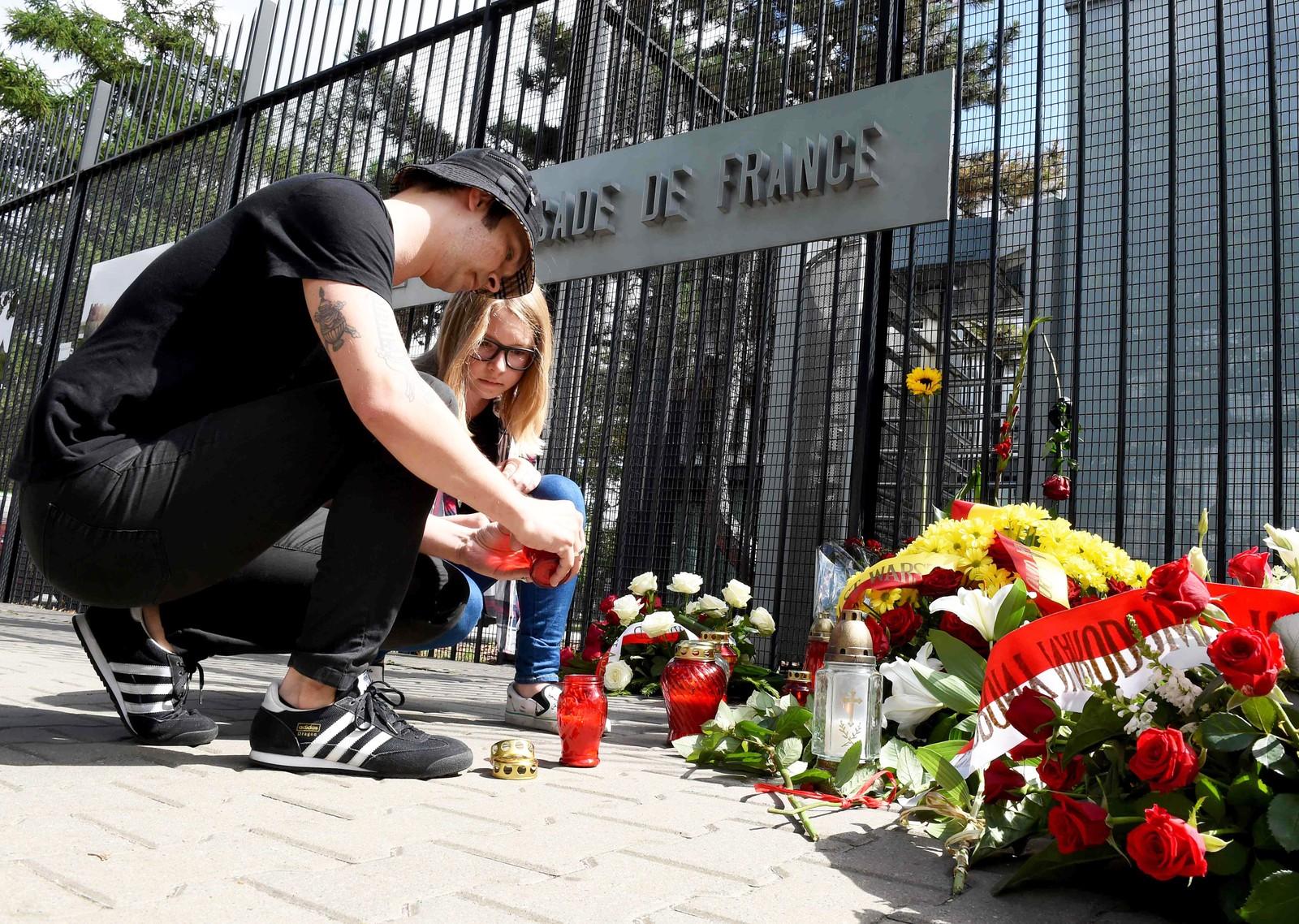 Blomster og lys foran den franske ambassaden i Warszawa i Polen, til minne om ofrene for terrorangrepet i Nice 14. juli.