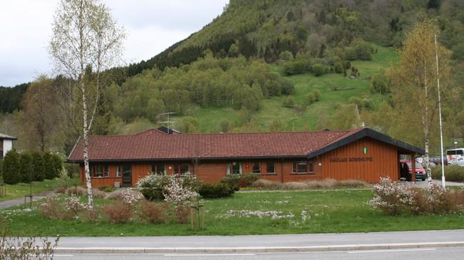 Kommunehuset som vart teke i bruk i 1991. Foto: Ottar Starheim, NRK.